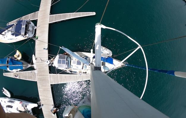 Perspective personnelle grand angle du haut du mât d'un voilier.