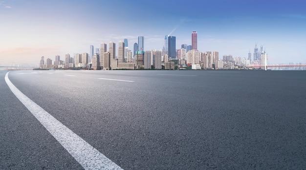 Perspectives de l'autoroute, du revêtement en asphalte, du bâtiment commercial de la ville