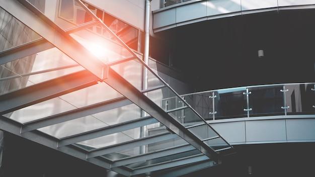Perspectives lumineuses pour les affaires. immeuble de bureaux moderne avec sun flare. couleurs grises