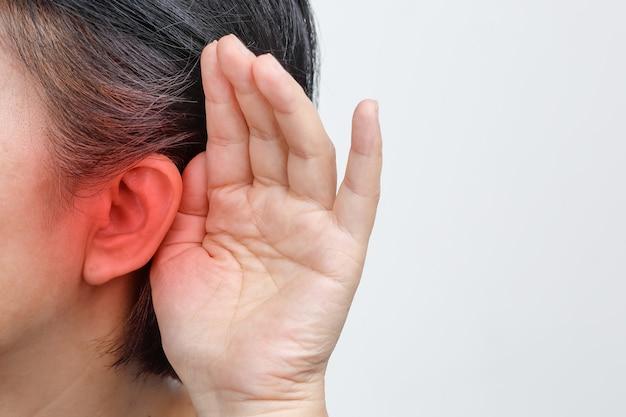 Perte auditive de femme âgée, malentendante