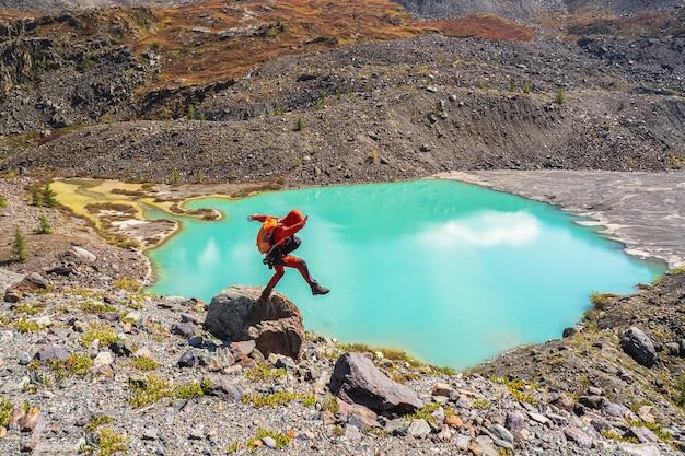 Perte d'équilibre. le touriste est en équilibre sur un rocher. entrez dans l'abîme.