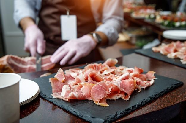 Perte de petites tranches minces de planche à découper jamonon noir espagnol