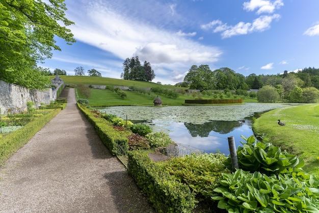 Perthshire, écosse - 24 mai 2019 : jardin et étang dans l'élégant château de blair blanc situé près du village de blair atholl, l'une des attractions les plus touristiques des highlands écossais