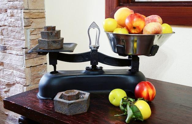 Peser les fruits sur des balances vintage