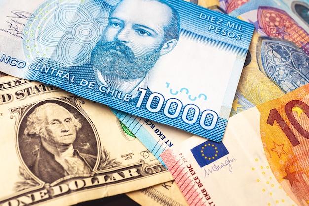 Peso chilien avec le dollar américain et l'euro pour le concept de change et l'économie chilienne