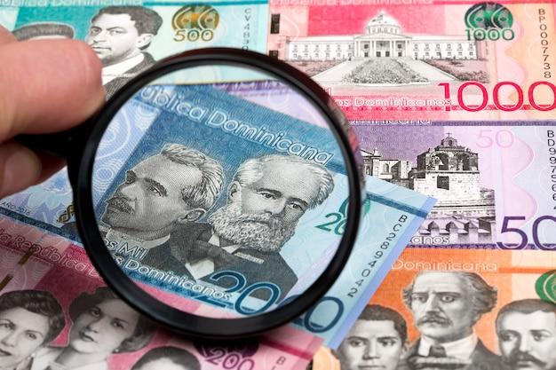 Peso dominicain dans une loupe
