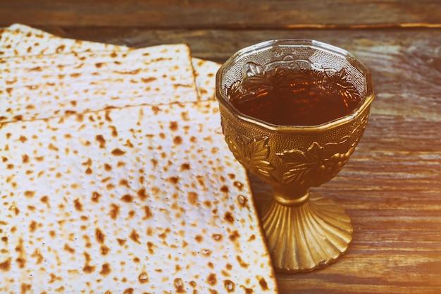 Pessa'h les symboles de la grande fête juive. matzo traditionnel, matza ou matzo