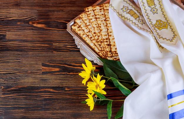 Pessah pâque symboles de la grande fête juive. matzo traditionnel, matza ou matzo