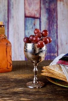 Pessah pâque symboles de la grande fête juive. matzoh traditionnel