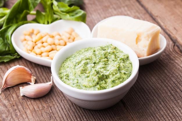 Pesto au basilic vert, parmesan, pignons de pin et ail