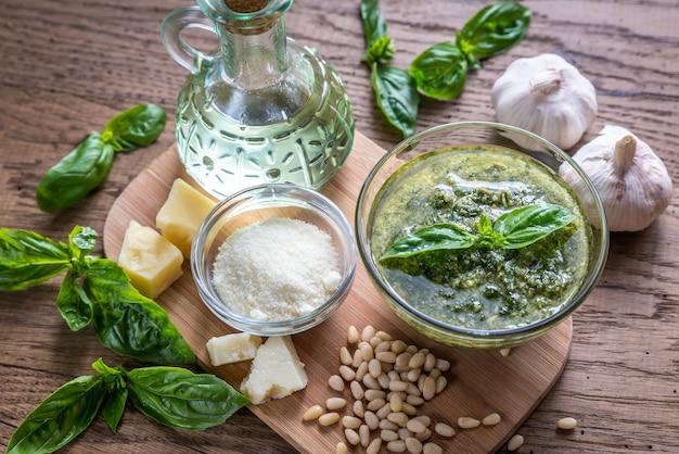 Pesto avec des ingrédients sur la table en bois