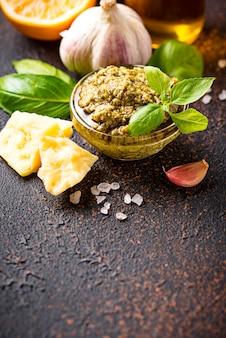 Pesto italien traditionnel fait maison