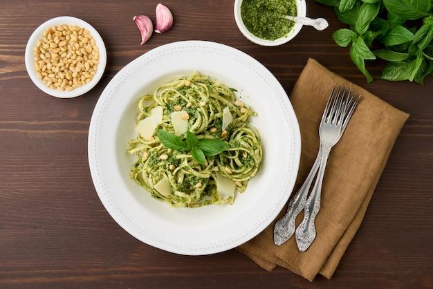 Pesto de pâtes vertes italiennes traditionnelles aux pignons de pin, basilic à l'ail et parmesan