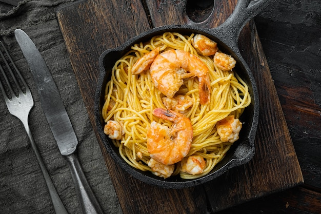 Pesto de spaghetti aux fruits de mer prêt à manger, dans une poêle en fonte