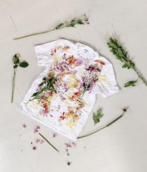 Pétales de fleurs et feuilles sur un t-shirt