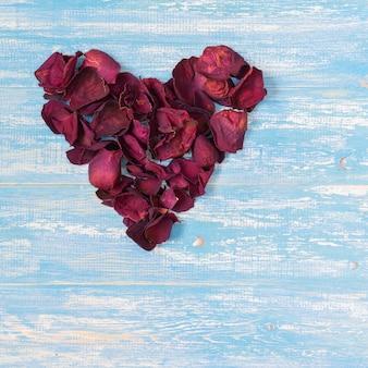 Pétales de rose en forme de coeur