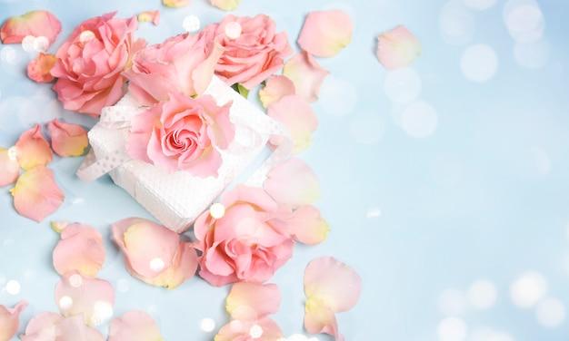 Pétales de rose frais