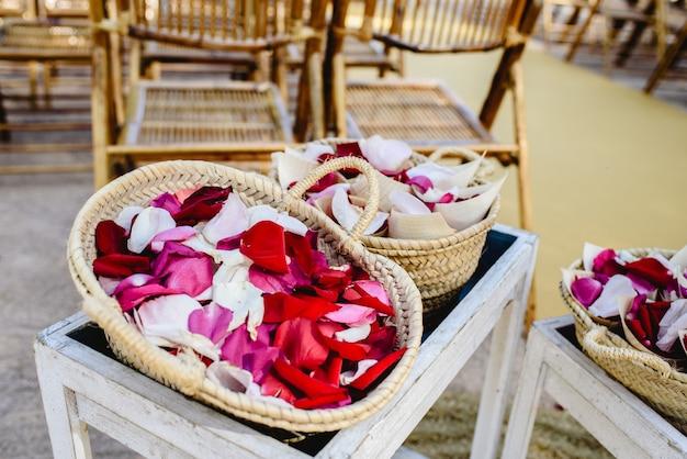 Pétales de roses rouges dans des paniers à jeter aux nouveaux mariés.
