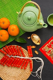 Pétards chinois du nouvel an et théière