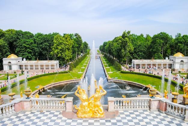 Peterhof a reçu les visiteurs après la restauration de nombreuses expositions.