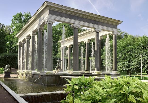 Peterhof saint petersburg russie09012020 parc de nizhny cascade de lion sous la forme d'un portique en marbre de style ionique avec colonnes et fontaines monument architectural du xviiie siècle