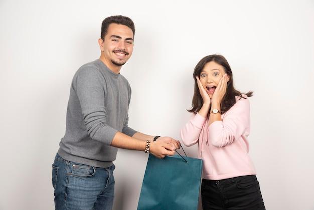 Petit ami attentif offrant un cadeau à sa petite amie.