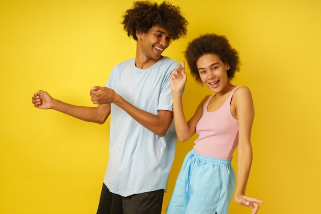 Petit ami et petite amie heureux et insouciants dansent ensemble