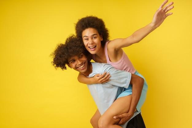 Petit ami et petite amie heureux et insouciants jouent ensemble