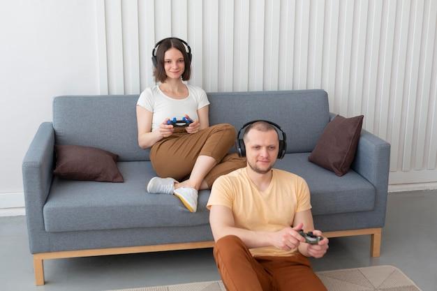 Petit ami et petite amie jouant à des jeux vidéo