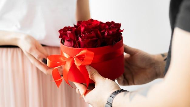 Petit ami surprenant sa petite amie avec du papier peint roses