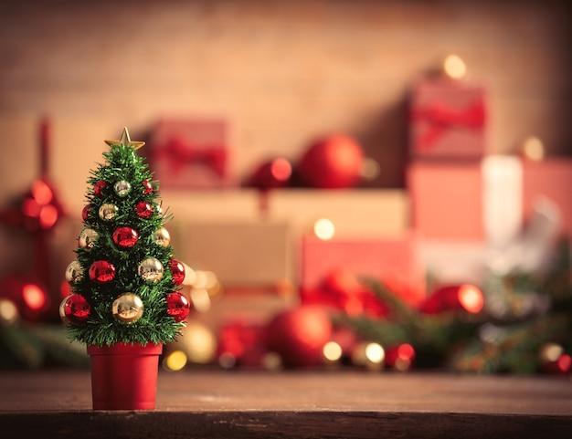 Petit arbre de noël et coffrets cadeaux sur fond