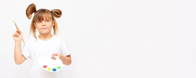 Petit artiste. adorable fille avec peinture à l'aquarelle et palette, isolée sur l'espace de copie de bannière de fond blanc