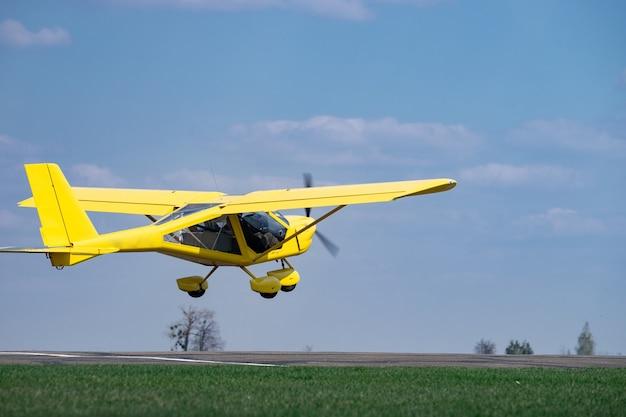 Petit avion décollant du champ vert. concept d'augmentation et de développement.