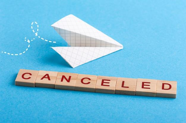 Petit avion en papier et signe annulé