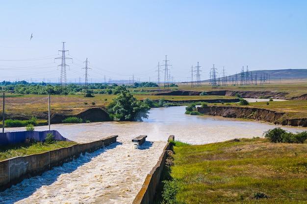 Petit barrage avec des rapides d'eau