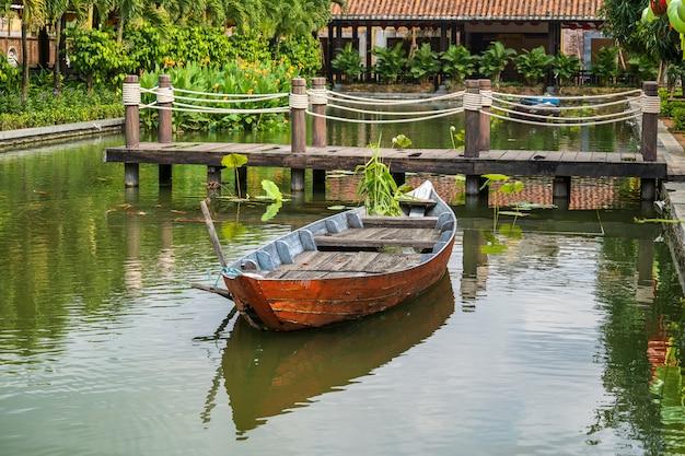 Petit bateau en bois sur la baie de lang co