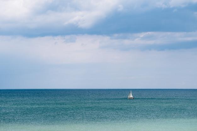 Petit bateau dans l'eau de mer