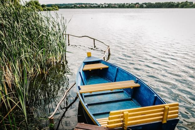 Petit bateau de pêche en bois ou bateau de tourisme sur le lac.