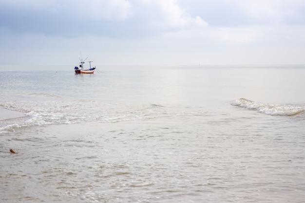 Un petit bateau de pêche en bois a jeté l'ancre près de la côte.