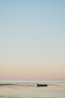 Petit bateau de pêche dans la baie au coucher du soleil