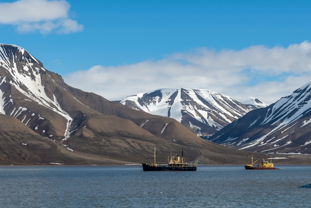 Petit bateau de pêche dans le port de longyearbyen, archipel du svalbard