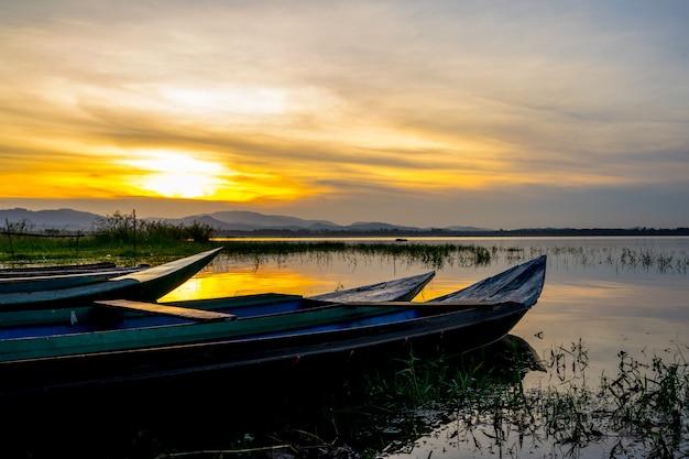 Petit bateau de pêche à l'intérieur du réservoir de bang phra au lever du soleil, sriracha, chonburi, thaïlande