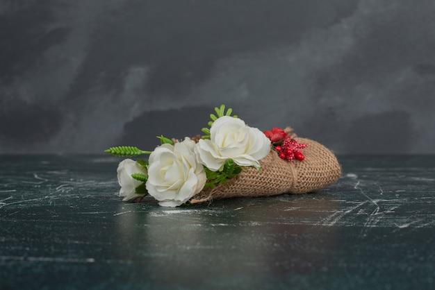 Petit beau bouquet sur table en marbre