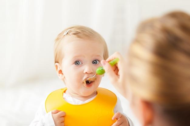 Petit bébé, alimentation, à, a, cuillère