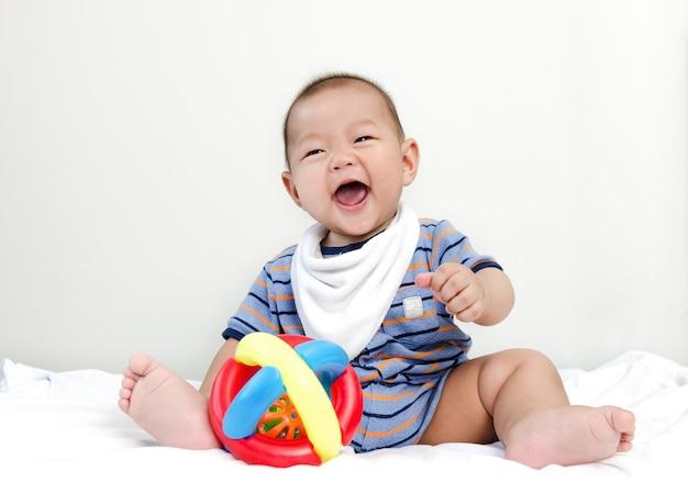 Petit bébé asiatique petit bébé heureux se détendre et sourire au lit