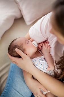Petit bébé entre les mains de la mère. maternité.