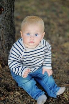 Petit bébé garçon au parc en automne