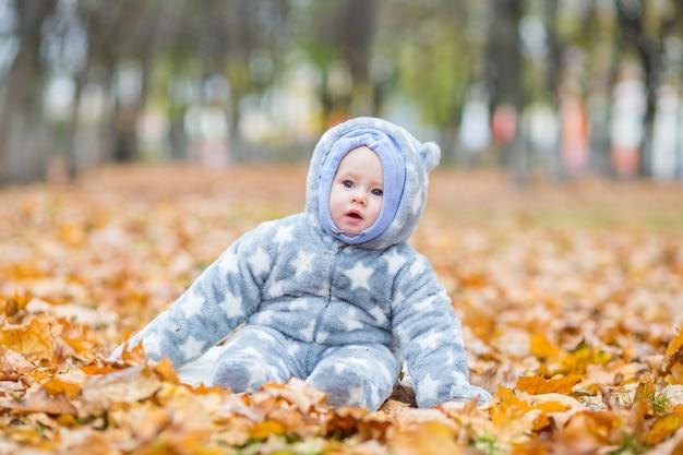 Petit Bébé Joue Dans Le Parc D'automne Petite Fille Avec Chêne Et Feuille D'érable Feuillage D'automne Photo Premium