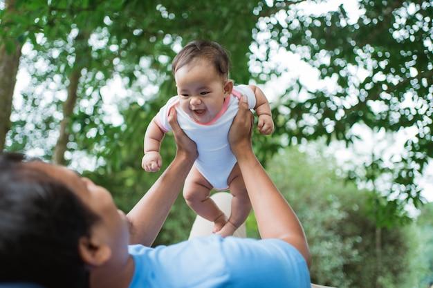 Petit bébé rit quand son père se lève