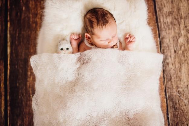 Le petit bébé se trouve dans le panier